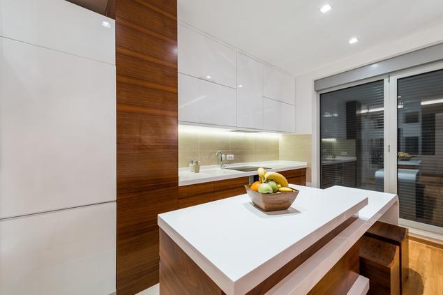 Zobacz galerię zdjęć Biała kuchnia na wysoki połysk Drewno w kuchni  Strony