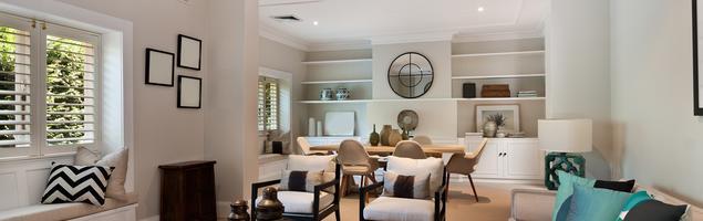 Elegancki, jasny salon z odcieniem turkusu – styl klasyczny