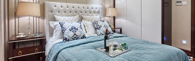 Aranżacja jasnej sypialni  w stylu glamour – nowoczesne, stylowe wnętrze