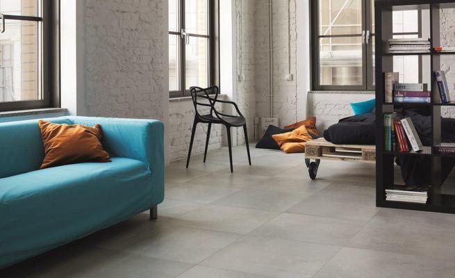 Przestrzeń postindustrialna i płytki ceramiczne o fakturze betonu